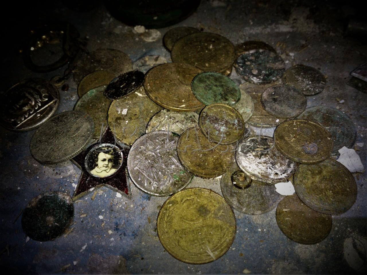 Поиск монет и кладов в старых заброшенных домах.