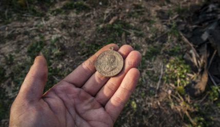 Медаль умерших родственников, старинный рукомойник и прочие находки с металлоискателями в старинной деревне