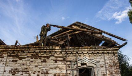 Разбираем рухнувшую крышу в доме прадеда. Переходим к серьёзным работам!