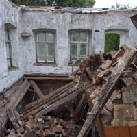 Разобрали потолок в старинном доме. Упала печка