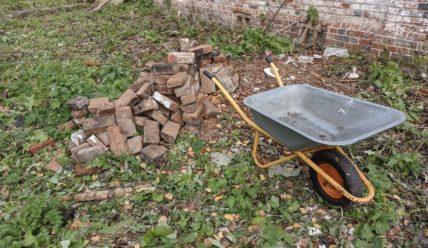 Продолжение работ с кирпичами от печки в деревне
