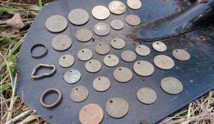 Кучка монет с монисто из одной ямки. Небольшой кладик-рассыпушка