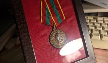 Панно из медали. Оформление найденной в деревне награды родственницы